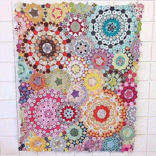 All english paper pieced/handsewn. Took me 18 weeks! Pattern from the book Millefiori Quilts by Willyne Hammerstein.