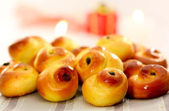 Här är recept på de saftigaste lussebullarna i jul! Vi har recept med och utan kesella och riktigt lyxiga saffransbullar med mandelmassa. Vilket väljer du? Kolla filmen för tips på olika sätt att baka ut dina bullar!