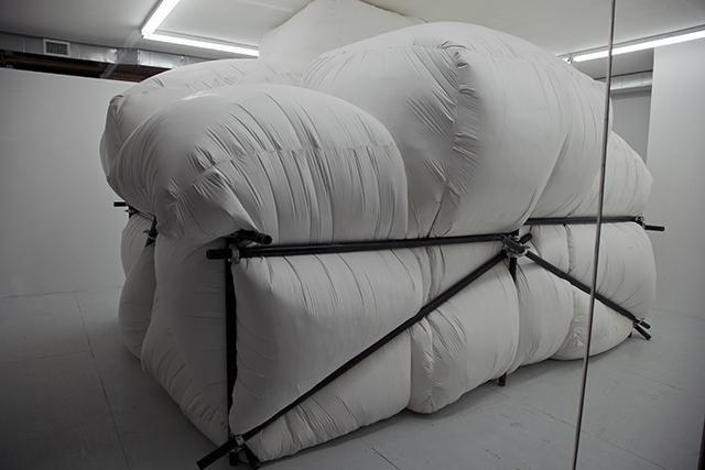 L'oreiller géant de Ian McMahon va être détruit | The Creators Project