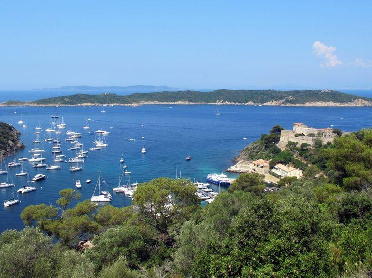 Port-Cros is een eiland in de Franse Middellandse Zee en ligt zo'n 15 kilometer varen uit de kust. Samen met het oostelijk gelegen eiland Ile du Levant en Porquerolles in het westen, vormt het de eilandengroep van Hyères