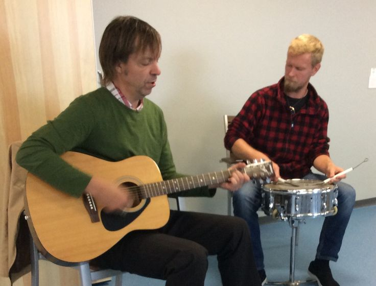 Jouni ja Masa musisoimassa ensimmäisen retkiryhmämme viihdykkeeksi..