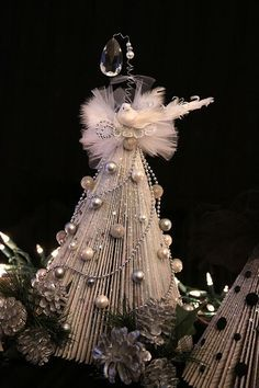 """TUTORIAL - """"Folded"""" Christmas Tree made out of magazines & books - sooooo doing this!!!"""