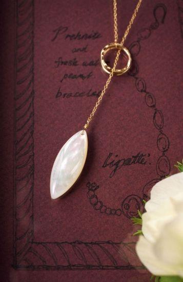 マザーオブパールのY字セミロングネックレス ~Jitka - 【リパッティ ジュエリー】天然石のジュエリーショップ