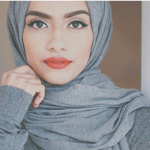 The beautiful @taslim_r  in our grey jersey hijab.  Mashallah so beautiful this…