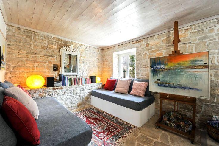 #paxos.zoe #livingroom #easel #stonewall