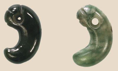 magatama  Durant l'ère de Yayoi, l'on note une importante production d'objets cérémoniels parmi lesquels, des magatama et autres pendentifs rituels en jade, des kagami ou miroirs-boucliers de bronze tel celui de Yata conservé au sanctuaire Ise-jingū, des épées longues à double tranchant, telles l'épée Kusanagi (faucheuse d'herbe) du Trésor impérial du Japon, indiquant la filiation avec celles de l'armée de Qin Shi Huangdi.