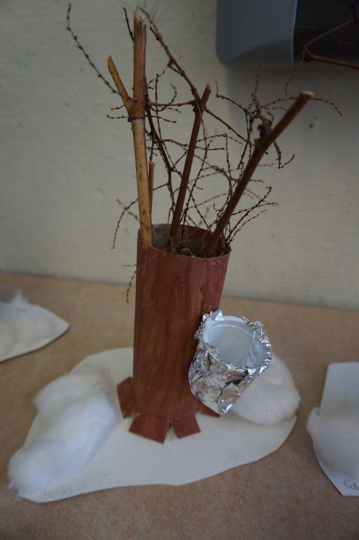 Arbre de cabane à sucre : fait avec rouleau papier de toilette, peinture brune, gobelet de lait, papier aluminium, branches, carton blanc et ouate. Mes élèves ont adoré!