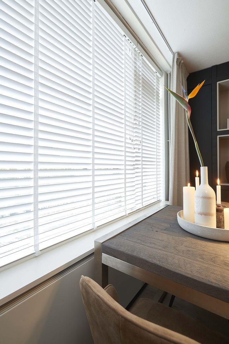 De witte houten jaloezieën van Kwantum zorgt voor de ideale lichtinval in huis. Makkelijk verstelbaar en ideaal als zonwering in de zomer of extra isolatie in de winter. De raambekleding is verkrijgbaar in diverse maten. Daarnaast biedt Kwantum de mogelijkheid om je ramen nauwkeurig te laten inmeten en de raambekleding vakkundig te laten ophangen.