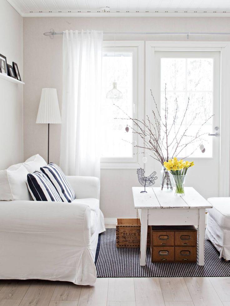 Yläkerran aulan sohvapöytä on ostettu tamperelaiselta mieheltä, joka hankkii huonekaluja Pohjanmaalta, kunnostaa ne ja myy edelleen. Tiina on ostanut häneltä lukuisia kalusteita. Sohva, rahi ja valaisin ovat Ikeasta. Matto ostettiin Tikkurilan katumarkkinoilta ja laatikot kirpputorilta. Verkkomaiset kynttilälyhdyt Tiina on tuonut Tukholmasta.