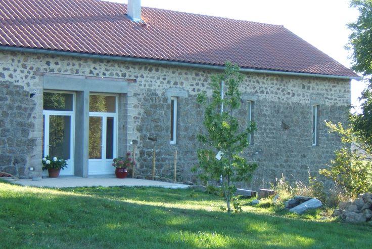 Retiré en pleine campagne, sur les hauteurs de Monistrol-sur-Loire, à 800 m d'altitude, le gîte à été aménagé dans une ancienne ferme typique de la Haute-Loire.