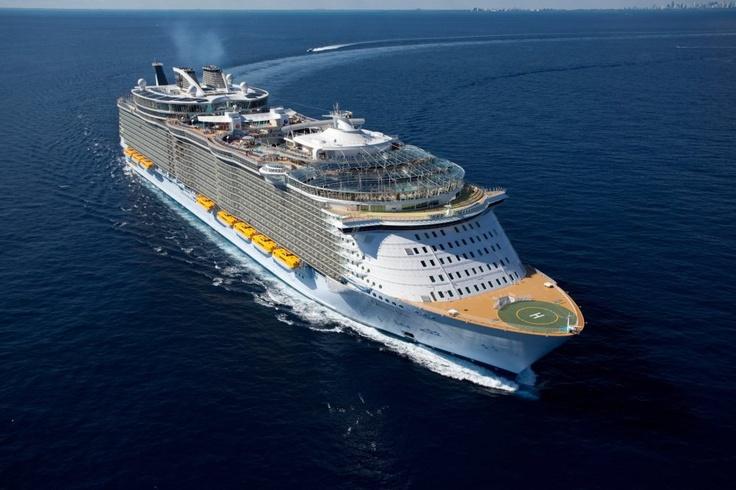 Oáza moří, kterou spolu s jejím dvojčetem Allure of The Seas provozuje společnost Royal Caribbean International, je největší osobní lodí světa. Podívejte se, jak toto obří plavidlo vypadá zevnitř i zvenčí.