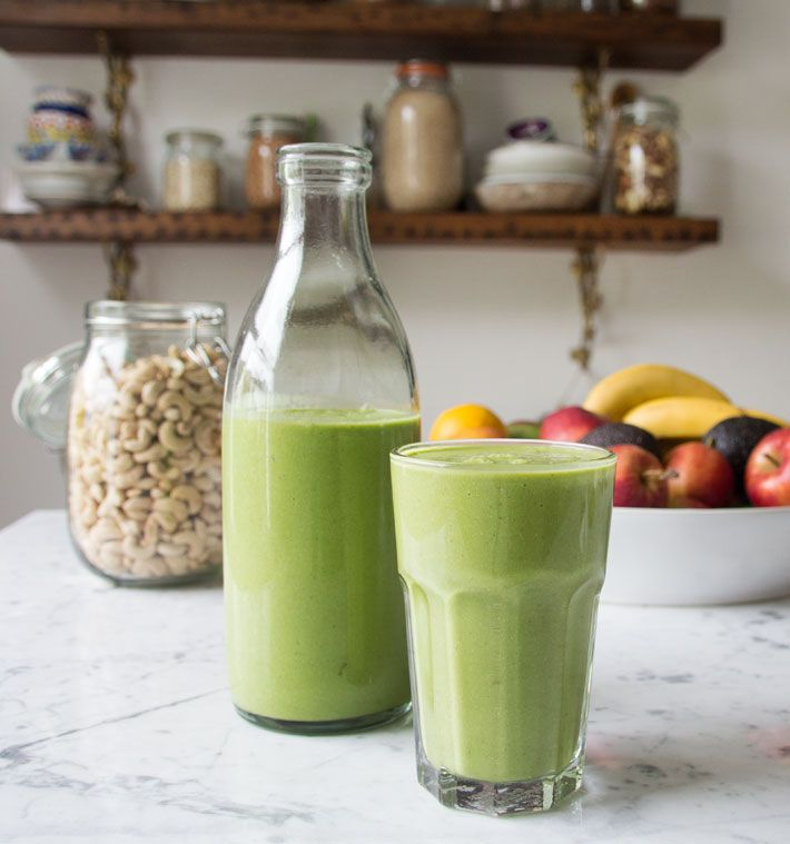 - 1 mango - 2 ripe bananas - 2 cups of spinach - 1/2 a cup of cashew nuts - 2 cups of almond milk, coconut water or water - 1 lime Optional: a tablespoon of chia seeds
