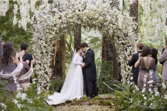 영송 마틴이 디자인한 미국 영화 <트와일라잇>의 숲 속 결혼식 장면. 인위적인 장식을 없애고 녹색과 흰색으로 색을 통일해 순수한 사랑을 표현했다./영화 캡쳐