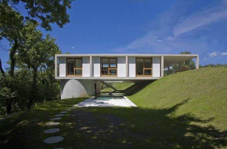 Construído na 2010 na Sonvico, Suíça. Imagens do Pino Brioschi. Uma casa térrea num terreno bastante inclinado. Esse era o desafio imposto pela topografia e pelos clientes. Mas um desafio que trouxe bons frutos:...