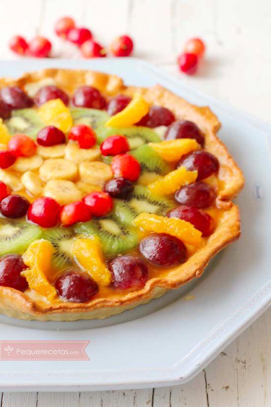 La tarta de frutas es todo un clásico de la repostería y una forma estupenda de que los más peques coman fruta, porque nadie puede resistirse ante esta tarta llena de color.