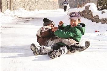 Children enjoy the snow as cold weather encompasses Turkey. Access to 1,333 villages in eastern Turkey has been completely severed due to rough weather conditions. AA photo