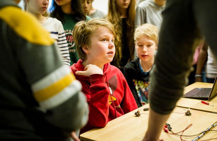 OPS 2016 merkitsee uudenlaista ajattelua kaikilla koulujärjestelmän tasoilla ja se myös edellyttää kaikkien osallisuutta muutokseen – päättäjistä koululaisiin. Professori Kirsti Lonka on laatinut tekstin, jolla uuden OPSin mukaiset tavoitteet ja oppimiskäsitys selitetään alakoululaiselle: Mitä koulussa olisi tarkoitus nykyään oppia? Suomen kouluissa ovat vuodesta 2016 alkaen voimassa uudet opetussuunnitelmat. Niiden mukaan oppilaat saavat olla entistä aktiivisempia... View Article