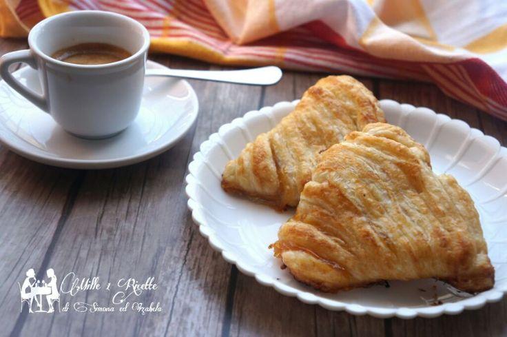 Conchiglie di sfoglia con marmellata di albicocca una ricetta molto facile e veloce da preparare. Ottima per la merenda o anche per la colazione.
