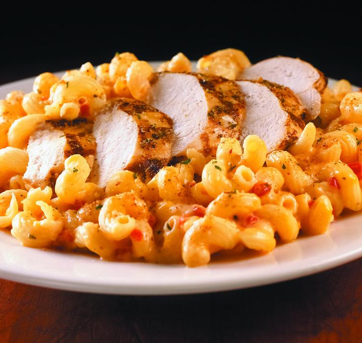 Twisted Mac, Chicken & Cheese Macaroni « Cavatappi » mélangés avec une sauce aux trois fromages et des poivrons rouges grillés. Servi avec du blanc de poulet grillé et saupoudré de parmesan, de persil et de chapelure.