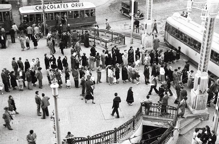 Zaragoza, hace 60 años. Plaza España, paradas de tranvía y antiguos urinarios.