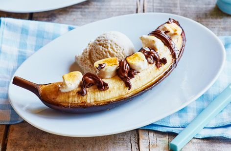 This easy BBQ recipe for bananas stuffed with chocolate & marshmallow gives a deliciously gooey dessert. Find more BBQ dessert recipes at Tesco Real Food.