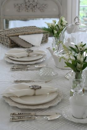 Table in white