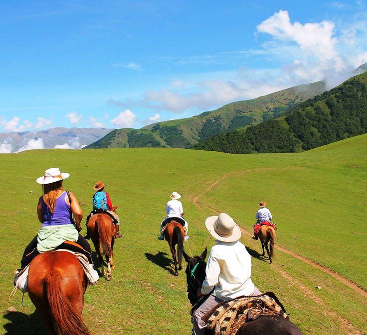 Esta ciudad se llama Tafí del Valle y se encuentra enTucuman, Argentina. Se puede montar a caballo en las llanuras. Es necesario visitar lugares maravillosos en tu vida.
