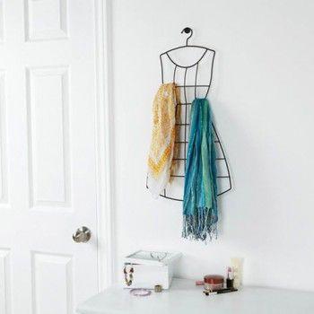 Funkcjonalny wieszak na apaszki Audrey marki Umbra. Produkt został wykonany z najwyższej jakości metalu. Wieszak swoim kształtem przypomina charakterystyczne sukienki z lat 50-tych. Na wieszaku można zawiesić wszelkiego rodzaju apaszki i szaliki. W zestawie kołki do montażu.