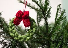 Little knitted Christmas wreath. Free pattern by Drobiazgi Maknety, thanks so xox