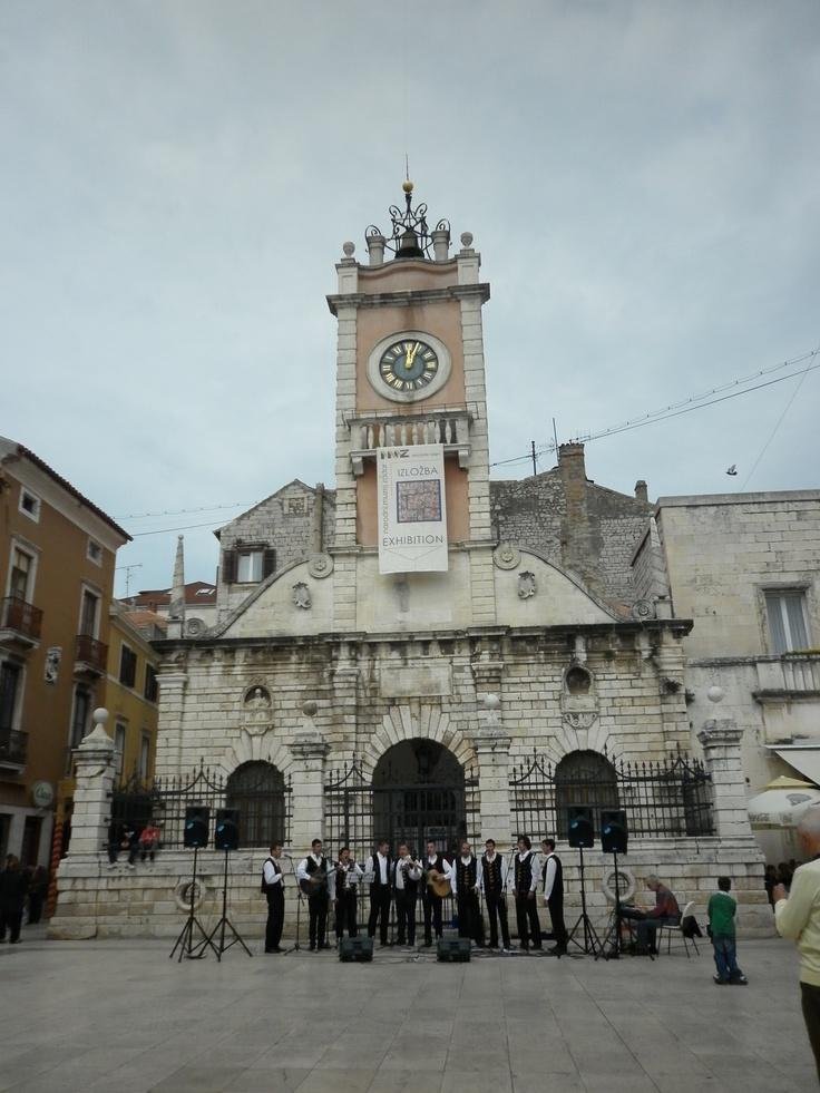 ZADAR: Desde la plaza del pueblo o Narodni Trg, la plaza más importante de la ciudad,apreciamos el edificio de la Guardia Municipal, del siglo XVI, al que se le añadió la torre del reloj en el siglo XVIII.