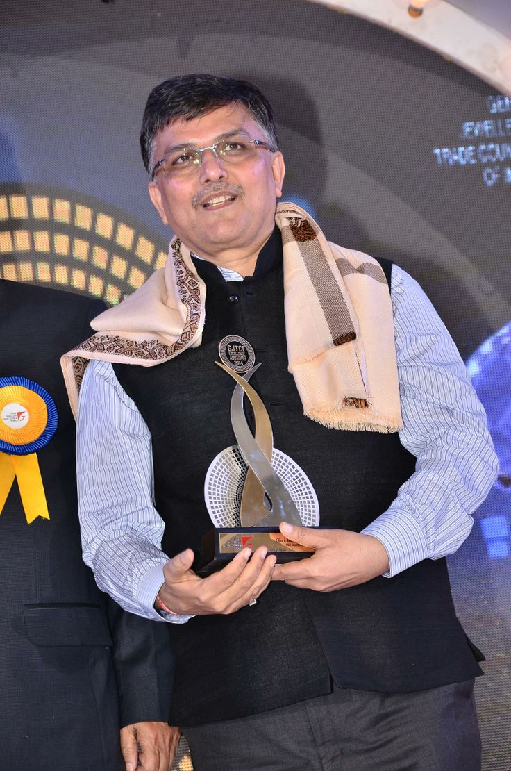Rajubhai Zaveri From RBZ Jewellers Private Limited Receives GJTCI EXCELLENCE AWARD.Shantibhai Patel President of Gem & Jewellery Trade Council of India Present Him the Award.