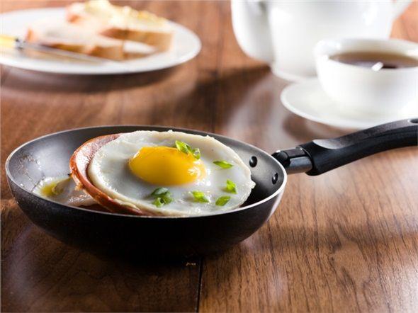 OMLET TÜKETECEĞİNİZDE SADE TERCİH EDİN: Kahvaltıda karışık omlet yerine peynirli veya sade omlet sipariş etmek ve sipariş esnasında az yağlı olmasını söylemek zor değil, ama kalori karşılığı yaklaşık 130 kalori.