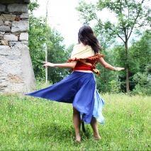 DANCIN'BETULLAE Quest'abito è ispirato alla civiltà e al folklore svedese, con i suoi colori e la sua atmosfera racchiusa tra boschi di betulle. Interamente progettato e realizzato per essere trasformabile, per indossare ogni giorno uno stile differente, avvolti dalle morbide fasce e dal calore delle nappe.