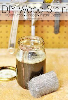Diy tinta naturale per legno. Assomiglia al mordente come colorazione. Necessità di più mani per rendere il colore scuro.
