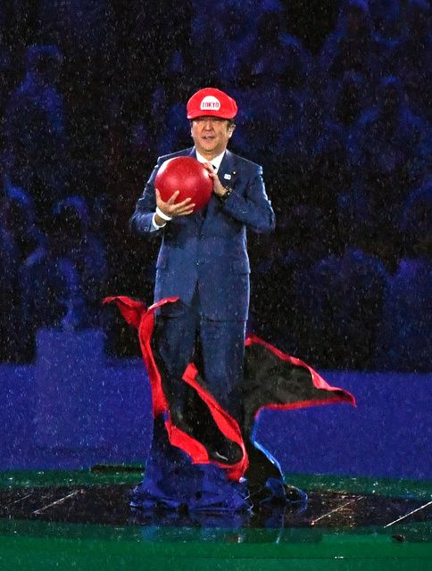 人気ゲームのキャラクター「マリオ」に扮し、閉会式に登場した安倍晋三首相=諫山卓弥 - リオオリンピック特集 - Yahoo! JAPAN