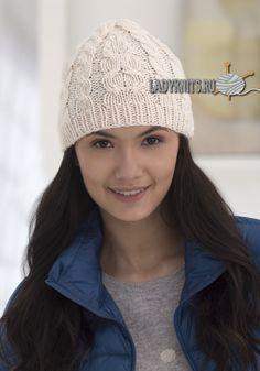 вязаная спицами шапка