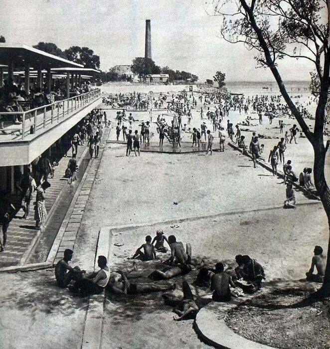 İstanbulluların akın akın gittikleri Baruthane plajı 250 metre uzunluğunda, 50 metre genişliğindedir. (1957)