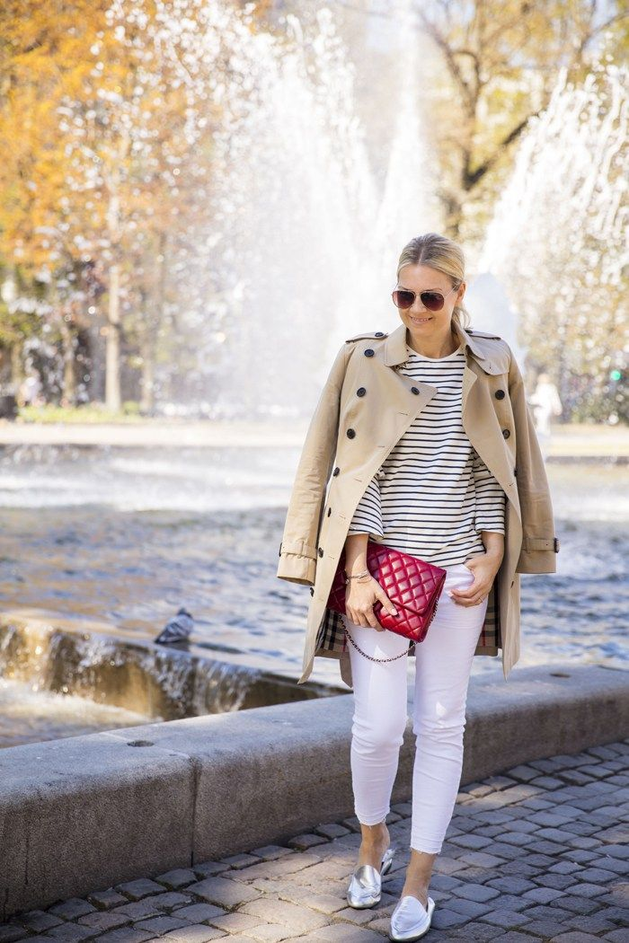 Burberry trench styled with hvite jeans & slip on mules