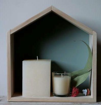 Casa Estantería De Madera Con Velas. Casa estantería de madera de pino con velas. Hecho a mano. El fondo está pintado con auténtico chalkpaint. Ideal para decorar tu baño, tu cocina o cualquier rincón de la casa.