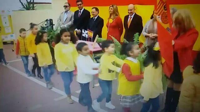Fent País: Imatge a l'atzar - No es un colegio catalán, es un colegio de Ceuta haciendo a los niños jurar la bandera de España. Font de la imatge.  - https://soc-catala.com/fent-pais-imatge-a-latzar-12/