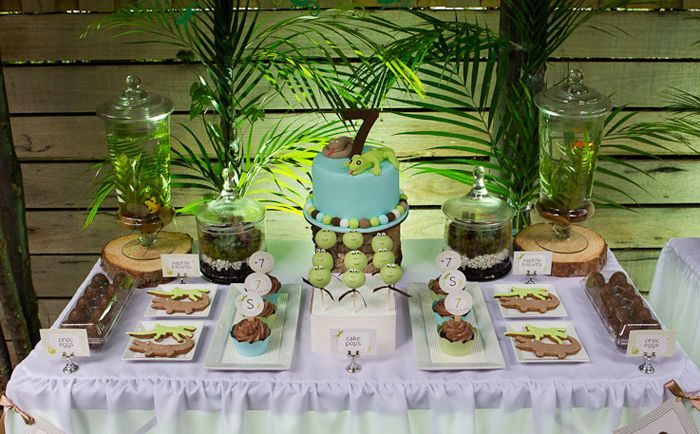 Reptile rumpus guest dessert feature birthdays snake party and jungle food - Deco table jungle ...