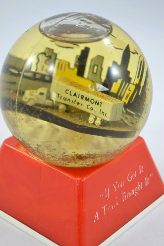 This offering is for a rare advertising Sno-Dome paperweight for the Clairmont Transfer Company that was located in Houghton County Michigan (Northern most part of upper Michigan). Its in great vintage condition with most of its liquid and the slogan If You Got It, A Truck Brought It on the front. Most of the oil is still in it and it has yellowed a bit. It has great vintage charm!  It measures 3.75 inches tall and the globe is 2.75 inches in diameter. The base is 3x3 inches square.  I am…