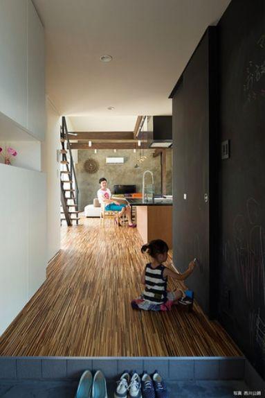 壁一面黒板塗装の玄関ホール(『囲い庭の庵』秋田市に建つ都市型中庭住宅)- 玄関事例