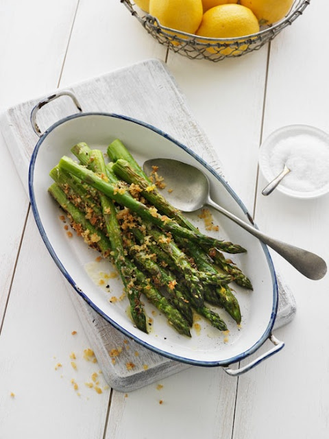 Asparagus with lemon zest, parmesan cheese and breadcrumbs - quick ...