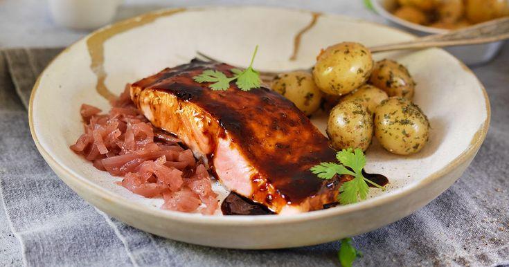 Deilig laksefilet med ovnsbakte poteter, løkkompott og en veldig god, smaksrik woksaus med ingefær. Rask og god hverdagsmiddag på under 20 minutter.