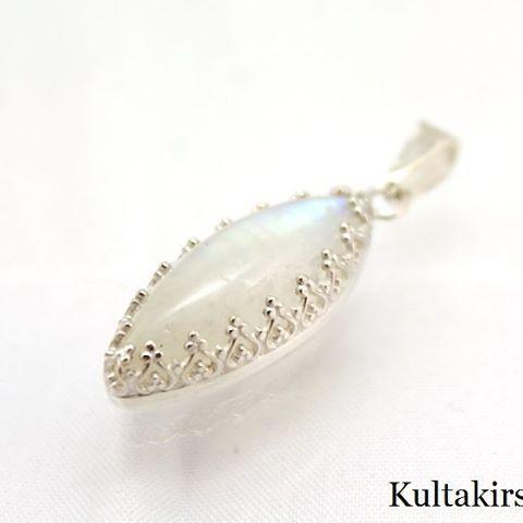 Hopeinen kuukivi riipus - Silver moonstone pendant #sterlingsilver #moonstone #bezelsetting #bezel