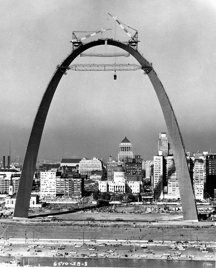 Raising the final segment of the St. Louis Gateway Arch, 1965