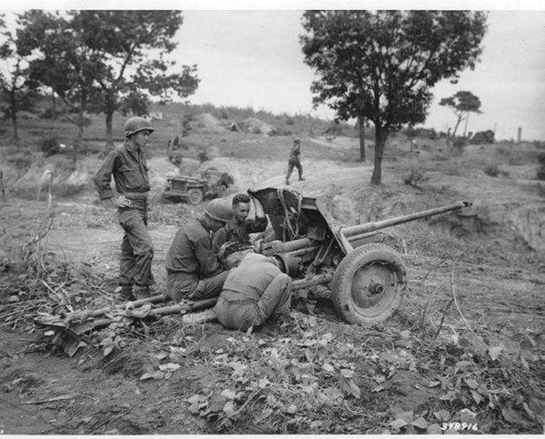 Американские солдаты осматривают захваченную северокорейскую 45-мм пушку. Корейская война. 50-е
