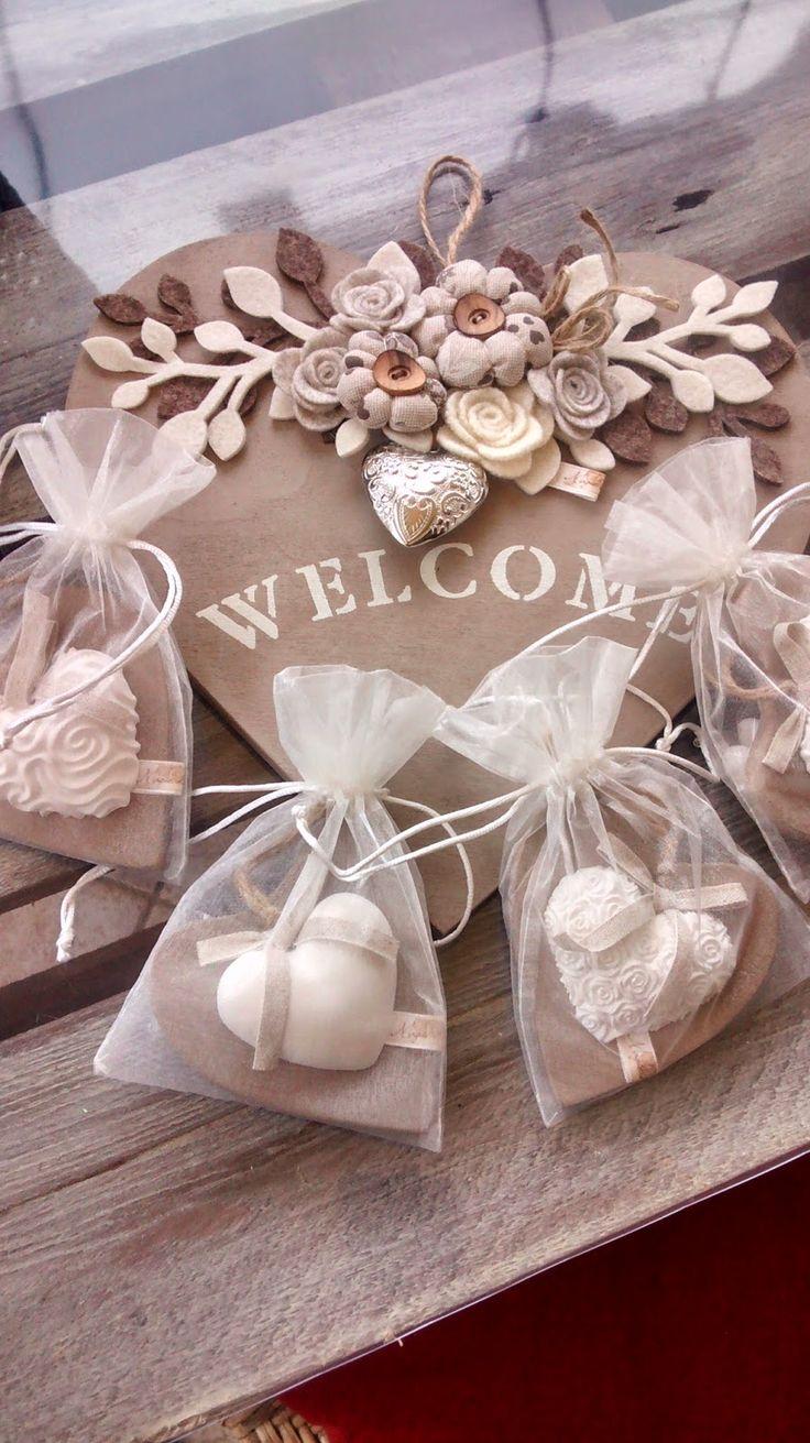 """Cuore fuori porta con scritta """"WELCOME"""", in legno. Ho realizzato i fiori in tess…"""