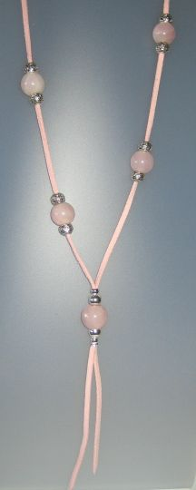 Collar de cuarzo rosa, antelina rosa y fornituras ajustables de metal plateadas de la Col·Colección Fragmentos de' Àngels Canut. Una pieza.